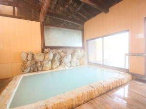 温泉情緒あふれる硫黄の香りと白い温泉が楽しめる内湯