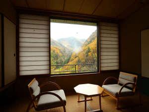 お部屋から紅葉の山が迫ってくるようです。※2017.10.25撮影
