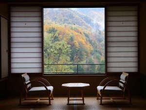 新館(東館)のお部屋一例 お部屋に座って紅葉が楽しめる贅沢を