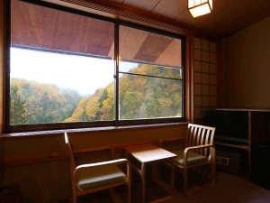廊下の大きな窓からも紅葉の白骨温泉の山々をご覧ください