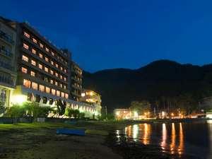 【外観・夜】目の前は海!砂浜まで徒歩0分。海辺の宿をお楽しみください。