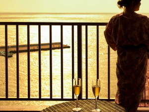【客室・眺望】黄金色の染まった海景色をお楽しみください。3月下旬~9月中旬は夕日も楽しめます。