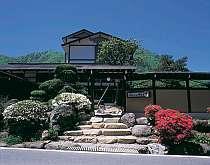 奥飛騨-新平湯温泉の高台。素朴な自然と木々に囲まれた、とてもとても静かな場所の宿です。