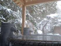 冬★陶器の露天風呂。雪景色を楽しみながらポカポカ温まります。