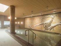 広々とした大浴場。タイル壁画に描かれた桜を眺める「花見の湯」