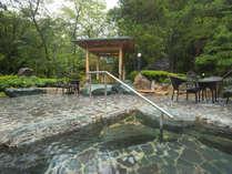 緑に囲まれた露天風呂。四季折々の景色を楽しみながら湯あみをどうぞ♪