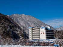 自然に囲まれた奥飛騨温泉郷。一軒家で建つ当館は自家源泉を4本所有しております。