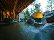 【大浴場】お湯の中で肌を触るとぬるっとするほどとろみのある温泉は、飛騨高山では珍しい自家源泉。