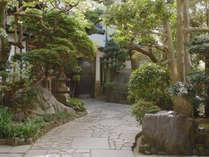 *【外観】老舗旅館の風情を醸し出す玄関入口の門構え