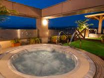 開放感満点「喜多館」屋上のジャグジーバスと壷湯の夜景