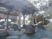 【冬】ひらひら舞い散る雪を見ながら、ごゆっくりおくつろぎいただけます。