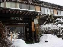 冬の玄関の様子。雪深い飛騨高山は一面真っ白になります。