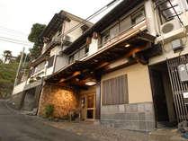 熱海の中心街からほんの少し離れた場所に、静かに佇む温泉旅館。