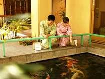 フロント横には鯉の泳ぐ池もございます。