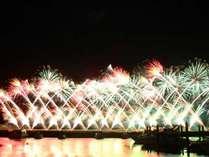 熱海海上花火大会!夜空に舞う壮観な風景。鑑賞スポットのビーチまでは徒歩約2分!