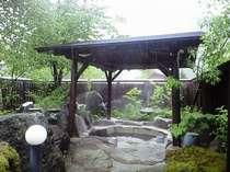 掛け流し温泉溢れる貸切露天4つ(無料)ほか、男女別の内湯あり