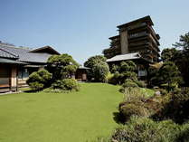 ■「外観」敷地内の庭園から見上げる当館