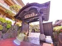 *趣ある佇まいの武田信玄屋形門をくぐれば、非日常空間の始まりです。