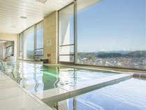 高山の町並みを一望できる、自慢の大浴場です。