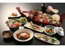 【夕食】海の幸を中心にしつつ、お肉の陶板焼きや野菜の煮物を加えた、飽きのこないメニューを追求!