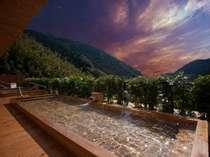 ■9階最上階の広々とした自慢の展望露天風呂2ヶ所。季節ごとの山並みと空の風景が堪能できます。