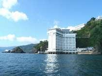 海の上に建つホテルからは何も遮るもののない絶景をご覧いただけます
