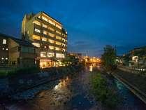 【外観】宿のすぐ裏を流れる「宮川」。さわやかな風が吹き抜けます♪橋を渡ればすぐ「古い町並」★