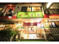 当館は熱海市街地の中心、海辺に立地しております