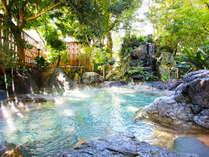まるで森の中に湧く泉のような大露天風呂