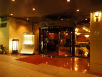 ホテル東横玄関イメージ(玄関前に20台分の駐車場あり)