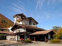 ■【外観】四季の表情豊かな山々に囲まれた当館