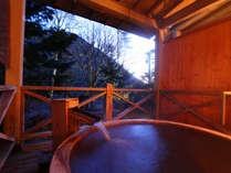 *貸切風呂なごみ◆桧も随所に使い、温泉の良さに相まって、より癒しの効果をもたらしてくれます。