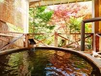 *貸切風呂なごみ◆秋の様子。紅葉の木々を眺め、涼しい秋風を感じるプライベート空間。