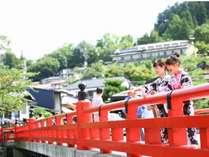 フォトジェニックスポット「中橋」までは当館から徒歩約3分