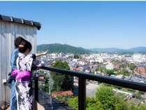 露天風呂付客室からは朝日を浴びる飛騨高山の町並みと白山を望むことができます。(一例)