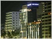 熱海サンビーチ前、国道135号線沿いに佇む【Hotel Micuras】夜のイメージ